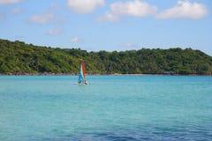 ζωηρόχρωμο sailboat στοκ εικόνα με δικαίωμα ελεύθερης χρήσης