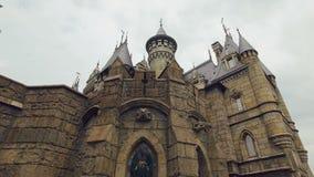 Ζωηρό stained-glass παράθυρο του γοτθικού κάστρου, κινήσεις καμερών πίσω, bas-ανακουφίσεις, κώνοι, πύργοι απόθεμα βίντεο