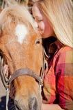 ζωικό πρόσωπο αλόγων κοριτσιών φιλίας Στοκ Εικόνες