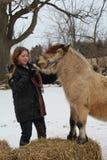 ζωικό πρόσωπο αλόγων κοριτσιών φιλίας Στοκ εικόνες με δικαίωμα ελεύθερης χρήσης