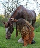 ζωικό πρόσωπο αλόγων κοριτσιών φιλίας Στοκ φωτογραφία με δικαίωμα ελεύθερης χρήσης