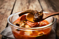 Ζωμός από τα κόκκαλα και τα λαχανικά στο πιάτο γυαλιού Στοκ φωτογραφία με δικαίωμα ελεύθερης χρήσης