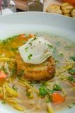 Ζωμός βόειου κρέατος με τη φρυγανιά και το αυγό Benedict Στοκ εικόνες με δικαίωμα ελεύθερης χρήσης
