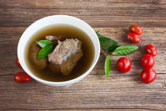 Ζωμός βόειου κρέατος με το κρέας και ντομάτες στο ξύλινο υπόβαθρο Στοκ Φωτογραφίες