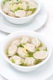 Ζωμός κοτόπουλου με τις κινεζικές μπουλέττες, τοπ άποψη Στοκ Εικόνες