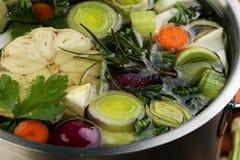 Ζωμός με τα καρότα, διάφορα φρέσκα λαχανικά κρεμμυδιών σε ένα δοχείο - γ στοκ φωτογραφία με δικαίωμα ελεύθερης χρήσης