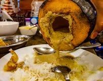 Ζωμός του chingri κτυπημάτων αντιγράφων, πιάτο γαρίδων καρύδων που χύνεται πέρα από το άσπρο ρύζι στοκ εικόνες