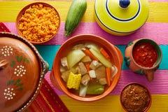 Ζωμός Mexican Caldo de RES βόειου κρέατος στον πίνακα Στοκ Φωτογραφίες