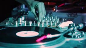 Ζωντανή απόδοση γρατσουνιών του DJ στο νυχτερινό κέντρο διασκέδασης του Λονδίνου απόθεμα βίντεο