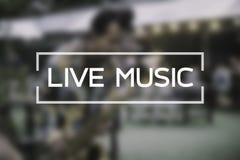 Ζωντανή μουσική που λειτουργεί στο παιχνίδι μουσικών θαμπάδων στην οδό στοκ φωτογραφία με δικαίωμα ελεύθερης χρήσης