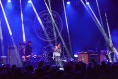 Ζωντανή συναυλία ορχήστρας ροκ στη σκηνή Στοκ φωτογραφία με δικαίωμα ελεύθερης χρήσης