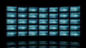 Ζωντανεψοντας τηλεοπτικός τοίχος με τις διαστρεβλωμένες οθόνες 4K απεικόνιση αποθεμάτων