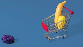 Ζωτικότητα κινήσεων στάσεων για τις υγιείς αγορές με το καροτσάκι κάρρων αγορών απόθεμα βίντεο