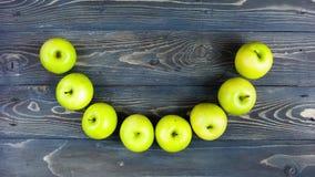 Ζωτικότητα χρονικού σφάλματος του χαμόγελου μήλων Νωποί καρποί κινήσεων στάσεων στον ξύλινο πίνακα, 4K απόθεμα βίντεο