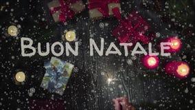 Ζωτικότητα Buon Natale - Χαρούμενα Χριστούγεννα στα ιταλικά, θηλυκό χέρι που κρατούν ένα sparkler απόθεμα βίντεο