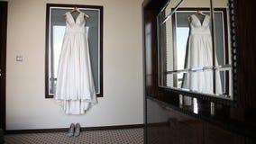 Ζύγισμα γαμήλιων φορεμάτων στο γυαλί απόθεμα βίντεο