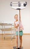 ζύγισμα γραφείων κοριτσι στοκ φωτογραφία