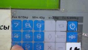 Ζύγισμα στις εμπορικές κλίμακες στην υπεραγορά Αριθμητικό αριθμητικό πληκτρολόγιο κινηματογραφήσεων σε πρώτο πλάνο Αυτοεξυπηρέτησ απόθεμα βίντεο