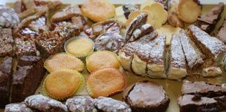 ζύμες και νόστιμες φέτες του κέικ για την πώληση στοκ φωτογραφία