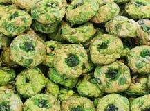 Ζύμες που γίνονται με τα γλυκά αμύγδαλα με τα γλασαρισμένα φρούτα και το πράσινο pi Στοκ Φωτογραφίες