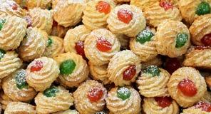 Ζύμες που γίνονται με τα γλυκά αμύγδαλα με τα γλασαρισμένα φρούτα και τα κεράσια Στοκ Εικόνα