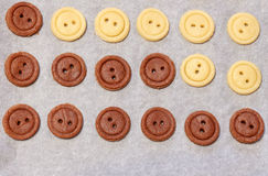 ζύμη ακατέργαστη Κίτρινα και καφετιά κουμπιά μπισκότων Στοκ Εικόνες