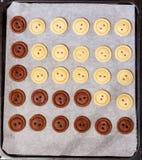 ζύμη ακατέργαστη Κίτρινα και καφετιά κουμπιά μπισκότων Στοκ εικόνα με δικαίωμα ελεύθερης χρήσης