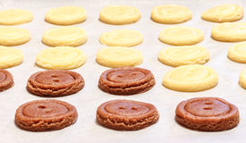 ζύμη ακατέργαστη Κίτρινα και καφετιά κουμπιά μπισκότων Στοκ φωτογραφία με δικαίωμα ελεύθερης χρήσης