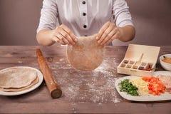 Ζύμη αρχιμαγείρων χεριών sculpts για τα tacos Στοκ εικόνα με δικαίωμα ελεύθερης χρήσης