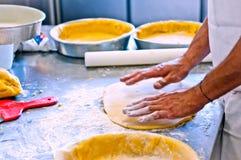 Ζύμη για να κάνει τις εύγευστες πίτες και τα σπιτικά κέικ Στοκ Φωτογραφίες