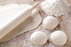 Ζύμη για την προετοιμασία της σπιτικής πίτσας Στοκ Φωτογραφία