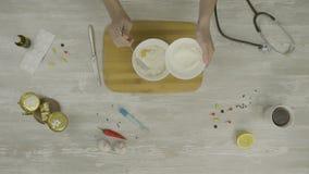 Ζύμη για τη τοπ άποψη ψησίματος Αρσενικά χέρια που σπάζουν ένα αυγό σε έναν σωρό του αλευριού σε έναν μετρητή αρτοποιείων προετοι φιλμ μικρού μήκους