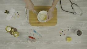 Ζύμη για τη τοπ άποψη ψησίματος Αρσενικά χέρια που σπάζουν ένα αυγό σε έναν σωρό του αλευριού σε έναν μετρητή αρτοποιείων προετοι απόθεμα βίντεο