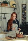 Ζύμη γυναικών στην κουζίνα Στοκ Εικόνα
