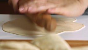 Ζύμη διάδοσης γυναικών με την κυλώντας καρφίτσα φιλμ μικρού μήκους