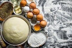 Ζύμη με τα αυγά, το βούτυρο και το σιτάρι στα κύπελλα στοκ φωτογραφία