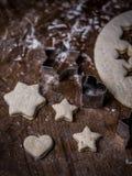 Ζύμη μπισκότων αρτοποιείων με την τέμνουσα φόρμα στον πίνακα κουζινών στοκ φωτογραφία
