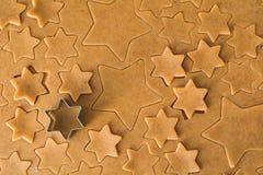 Ζύμη μπισκότων μελοψωμάτων και διαμορφωμένος αστέρια κόπτης μπισκότων στοκ εικόνες