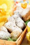 Ζύμη Πάσχας, αρνιά Πάσχας με τη ζάχαρη τήξης στο καλάθι, daffodils στοκ φωτογραφία με δικαίωμα ελεύθερης χρήσης