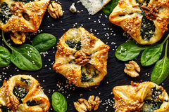 Ζύμη ριπών που γεμίζεται με το σπανάκι και Gorgonzola το τυρί σε ένα σκοτεινό υπόβαθρο Στοκ φωτογραφία με δικαίωμα ελεύθερης χρήσης
