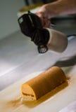 Ζύμη στο εργαστήριό του που προετοιμάζει τα κούτσουρα Yule σοκολάτας Στοκ Εικόνες