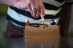 Ζύμη στο εργαστήριό του που προετοιμάζει τα κούτσουρα Yule σοκολάτας Στοκ Φωτογραφίες