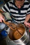 Ζύμη στο εργαστήριό του που προετοιμάζει τα κούτσουρα Yule σοκολάτας Στοκ Φωτογραφία