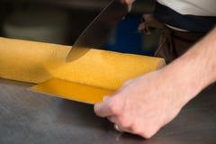 Ζύμη στο εργαστήριό του που προετοιμάζει τα κούτσουρα Yule σοκολάτας Στοκ φωτογραφίες με δικαίωμα ελεύθερης χρήσης
