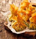 Ζύμη Phyllo που γεμίζεται με το σπανάκι και το τυρί φέτας, εύγευστα χορτοφάγα τρόφιμα στοκ εικόνα