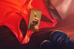 Ζώνη αντίστασης, αθλητικός στηθόδεσμος, πάνινα παπούτσια και τηλέφωνο στοκ εικόνες με δικαίωμα ελεύθερης χρήσης