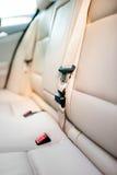 Ζώνη ασφαλείας στο οπίσθιο κάθισμα του σύγχρονου αυτοκινήτου με το μπεζ εσωτερικό δέρματος Στοκ εικόνα με δικαίωμα ελεύθερης χρήσης