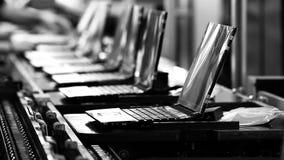 Ζώνη μεταφορέων σε ένα εργοστάσιο φορητών προσωπικών υπολογιστών Γραπτός τόνος απόθεμα βίντεο