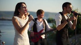 Ζώνη μουσικής που δίνει μια συναυλία στην προκυμαία απόθεμα βίντεο