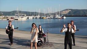 Ζώνη μουσικής που δίνει μια συναυλία στο λιμάνι απόθεμα βίντεο